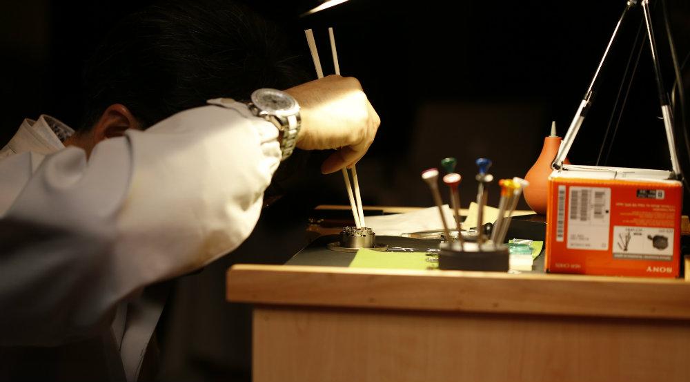 Seiko-Master-Craftsman-working-with-Chopsticks